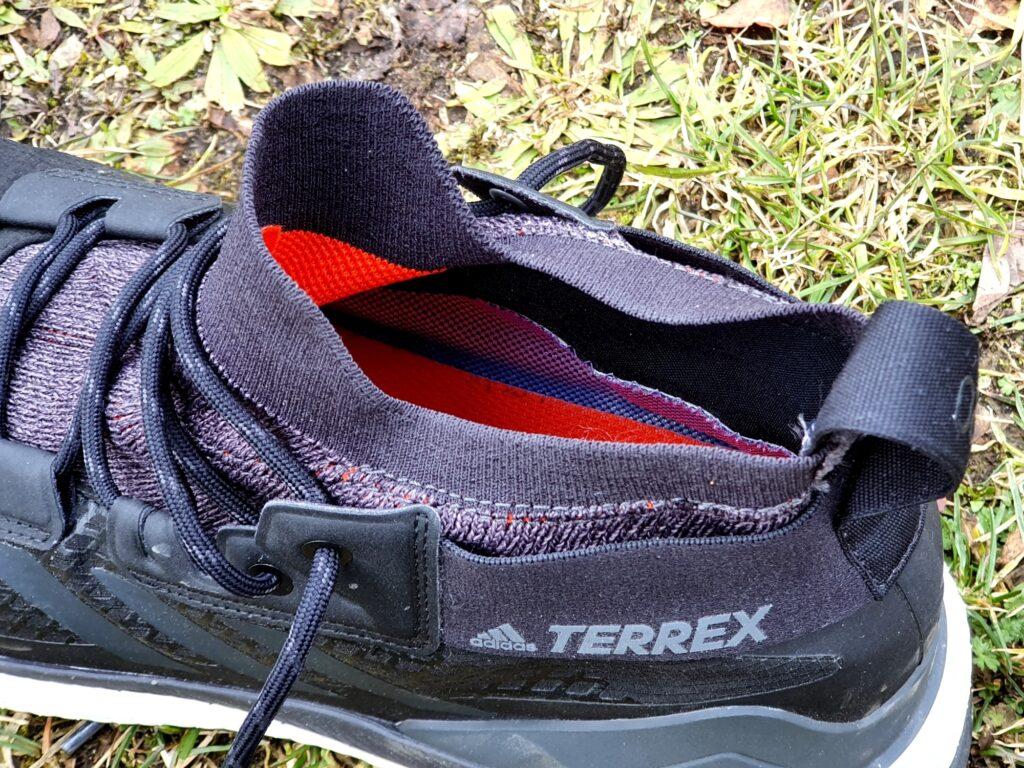 Etwas enge Gamaschen der adidas Terrex Free Hiker GTX Schuhe mit Schlaufe als Anziehhilfe