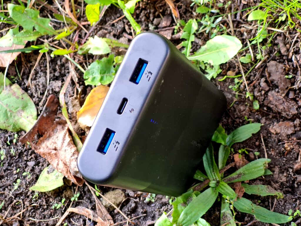 USB-C und USB-A Buchsen der Amazon Basics Powerbank 26.800 mAh