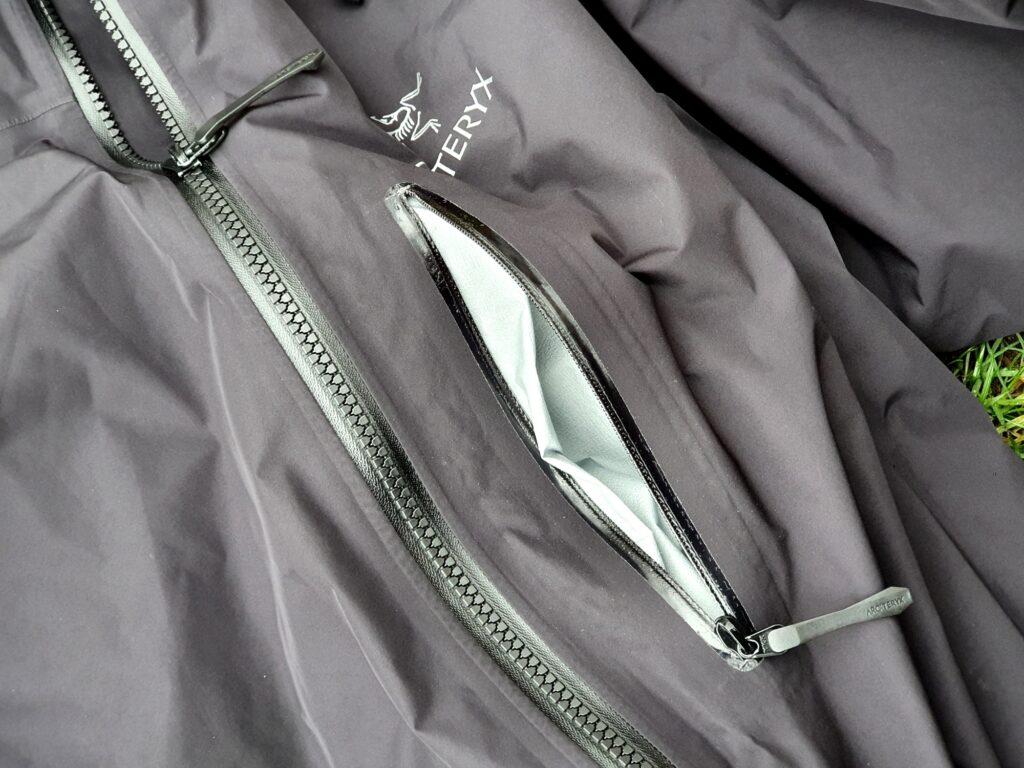 Brusttasche der Arcteryx Alpha IS Jacke