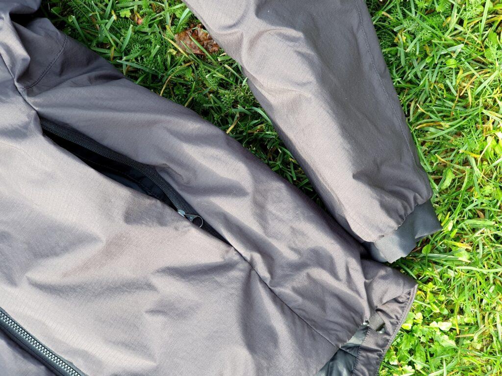 Seitentasche mit Reißverschluss und Stretch-Bündchen der Arcteryx Atom AR Jacke