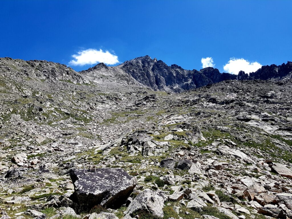 Ausgesetzter Pfad in den Pyrenäen: Kein wirklicher Weg zu erkennen, Wegführung mit Steinmännchen