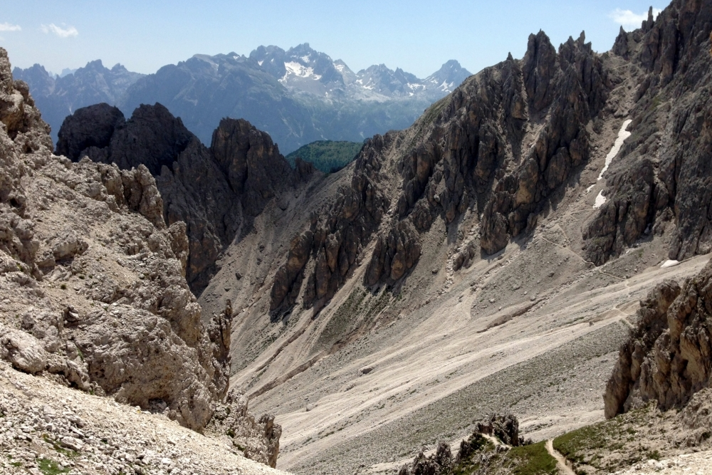 Typisch für die Dolomiten: Zerklüftete Massive und steile Riffe aus Kalk- und dem namensgleichen Dolomitgestein.