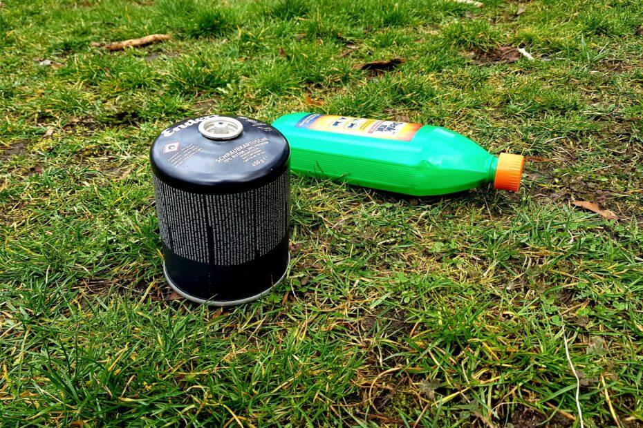 Gaskartusche mit Schraubverschluss und Spiritusflasche