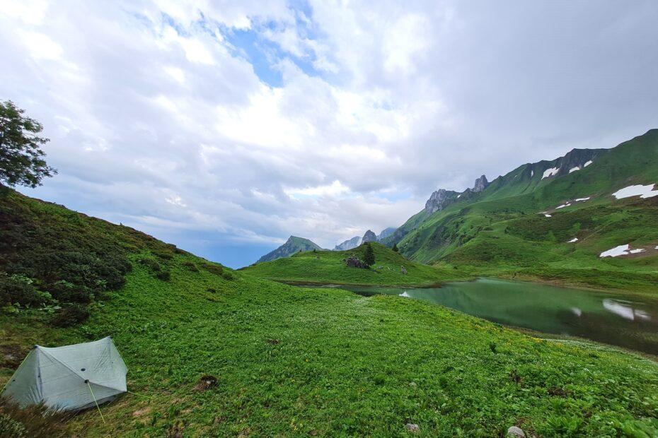 Das erste Nachtlager auf der Grande Traversée des Alpes am Lac de Neuteu