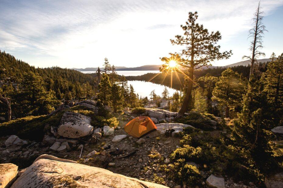 Perfektes Mikroabenteuer: Zeltlager auf einer Waldlichtung am See