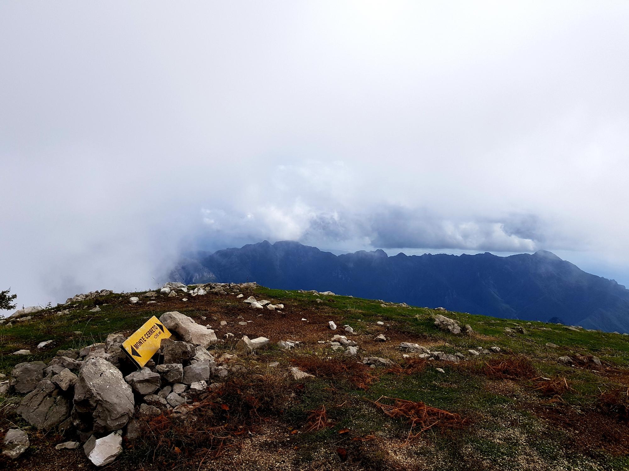 Wolkenverhangenes Gipfelplateau des Monte Cerreto