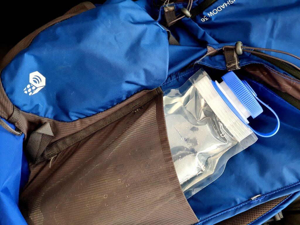 Die Nalgene Cantene Faltflasche lässt sich gut in der Seitentasche des Rucksacks transportieren