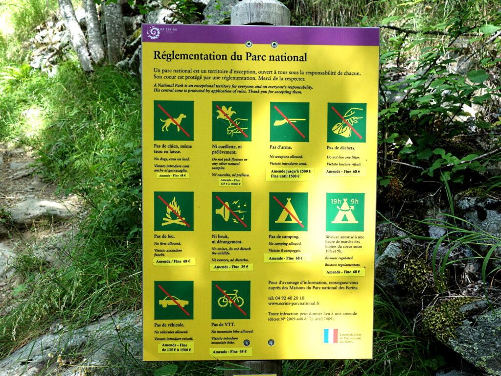 Schild des Nationalparks Écrins mit aktualisierten Bußgeldern