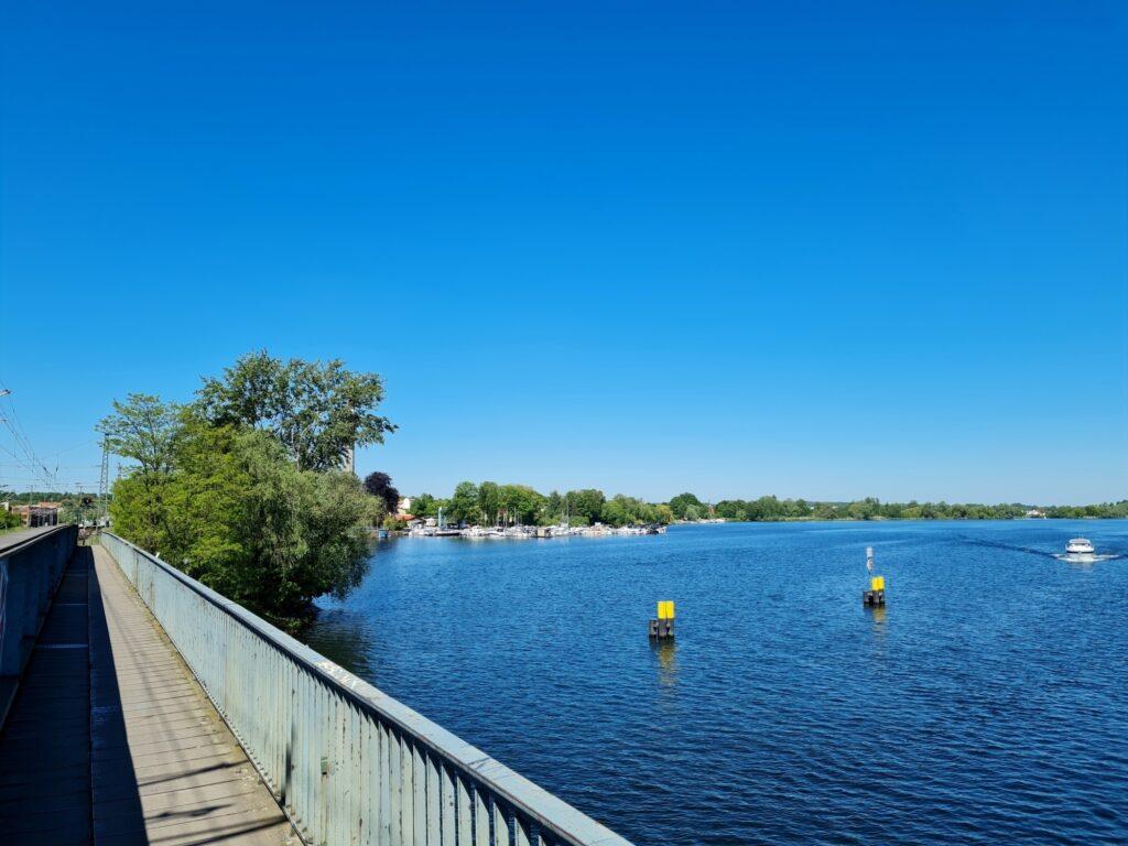 Zugbrücke zum Bahnhof Werder auf der Radtour an der Havel von Potsdam nach Kirchmöser
