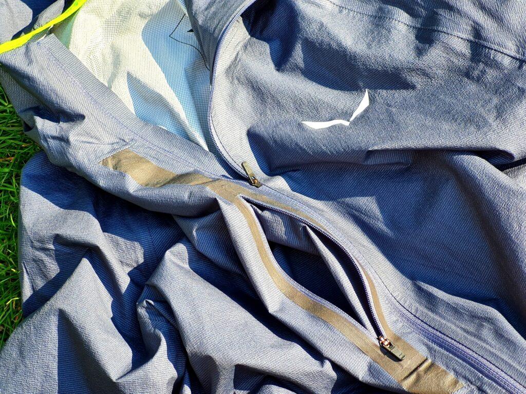 Die Brusttasche der Salewa Puez Light PTX Jacke hat Platz für ein Smartphone
