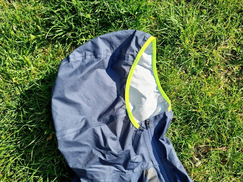 Eng anliegende Kapuze der Salewa Puez Light PTX Jacke