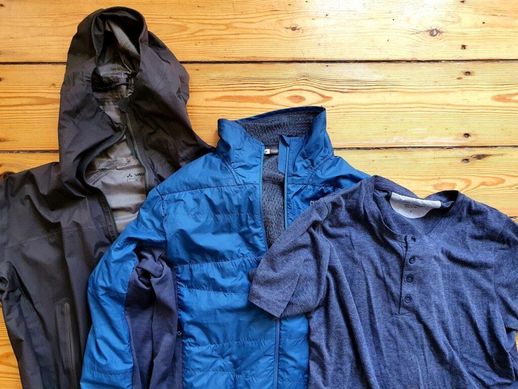 Das Schichtsystem: Hardshell (links), Isolationsjacke (Mitte), UV-Shirt