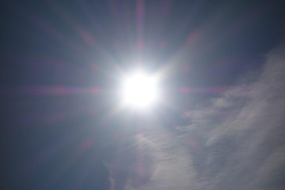 Strahlende Sonne an leicht bewölktem Himmel