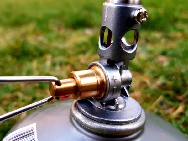 Mit dem Metallgriff lässt sich beim SOTO Windmaster die Gaszufuhr regulieren