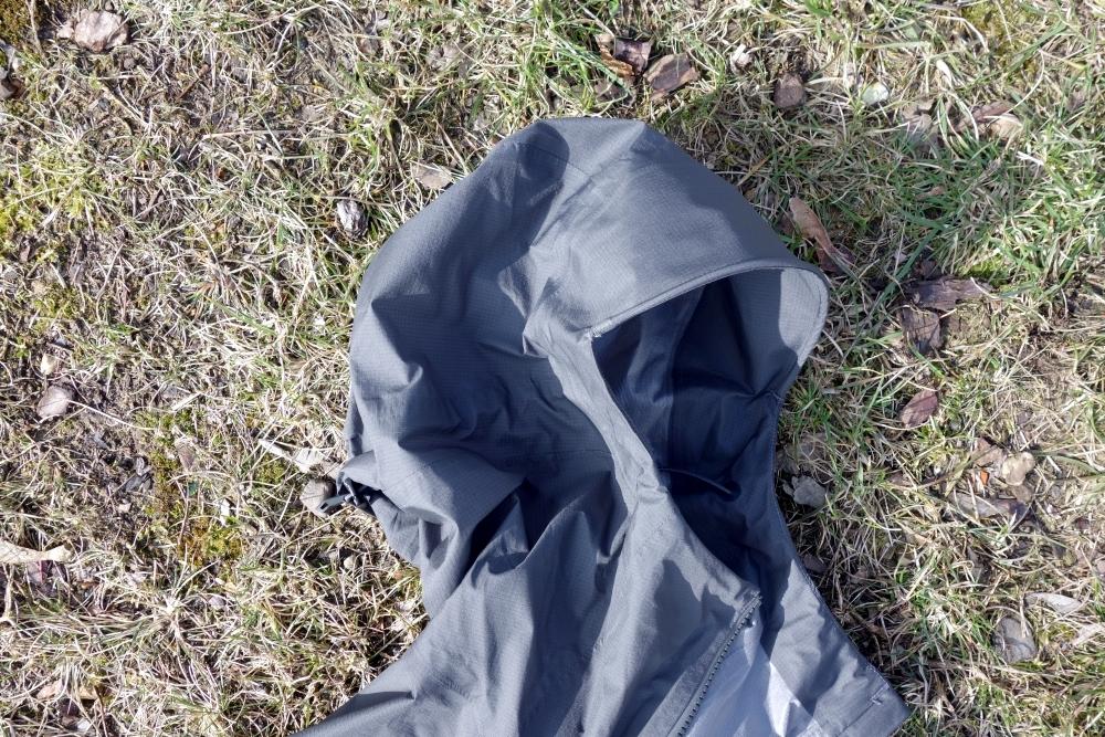 Verstellbare Kapuze der VAUDE Zebru UL 3L Jacket