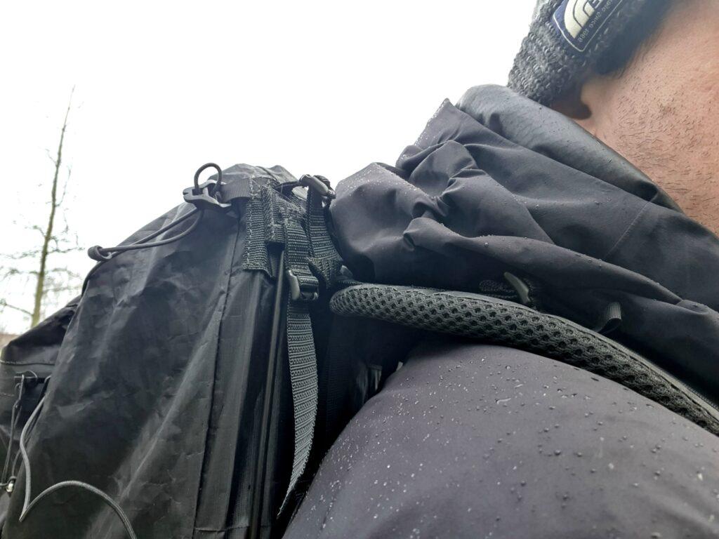 Die Schultergurte des Zpacks Arc Zip 57L Backpack sind geschickt konstruiert, sodass sie nicht aufliegen und drücken