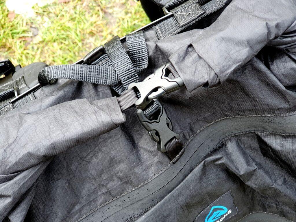 Wickelverschluss des Zpacks Arc Zip 57L Backpack mit Kompressionsriemen