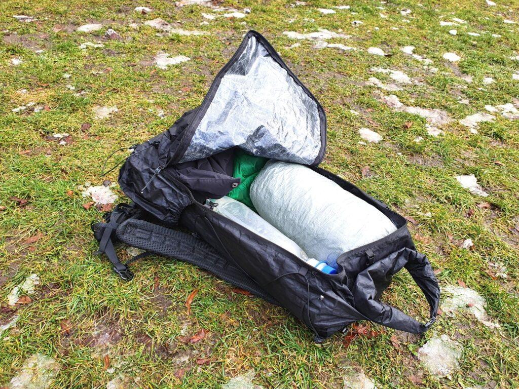 Das Hauptfach des Zpacks Arc Zip 57L Backpack lässt sich kompfortabel komplett seitlich öffnen