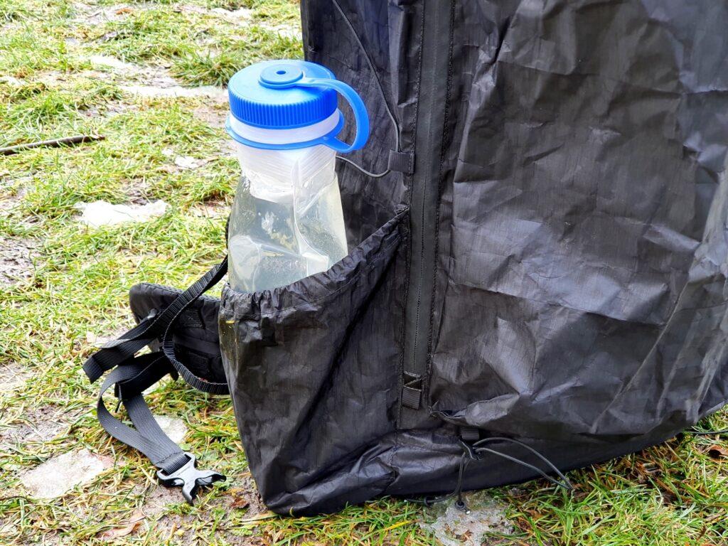 In die Seitentaschen des Zpacks Arc Zip 57L Backpack passen problemlos auch große Trinkflaschen