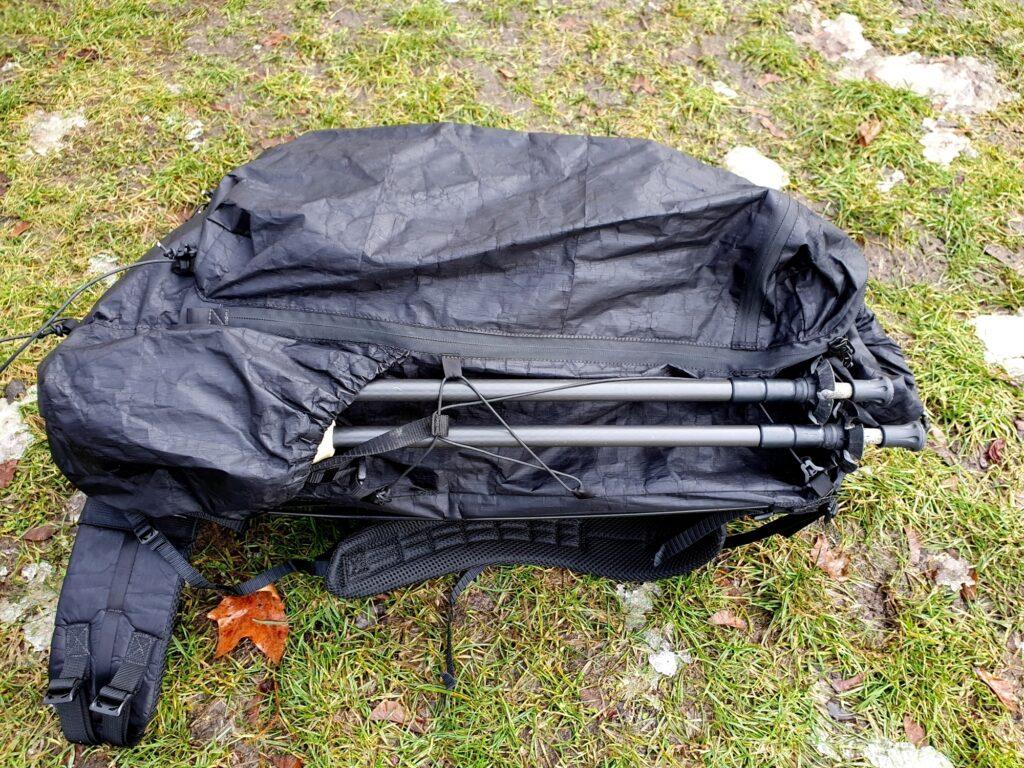 Trekkingstöcke lassen sich beim Zpacks Arc Zip 57L Backpack nur an der Seite außen befestigen